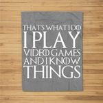 THAT'S WHAT I DO I PLAY VIDEO GAMES AND I KNOW THINGS Fleece Blanket