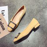 Zapato sencillo de mujer con hebilla cuadrada y suela blanda
